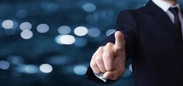 Biznesmen wskazujący palec