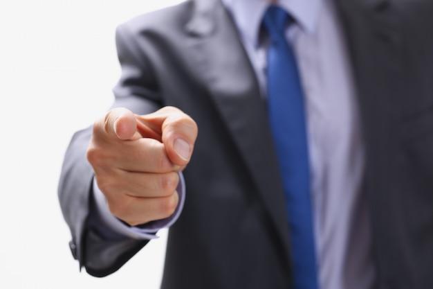 Biznesmen wskazuje palcem na kogoś, kto