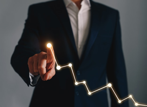 Biznesmen wskazuje wykresu wzrostowego plan biznes