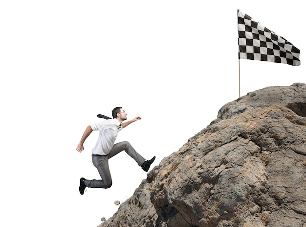 Biznesmen wspina się na górę, aby dostać się do flagi. cel biznesowy osiągnięcie i trudna koncepcja kariery
