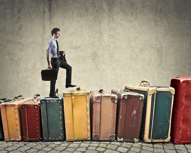 Biznesmen wspinaczka na bagażach