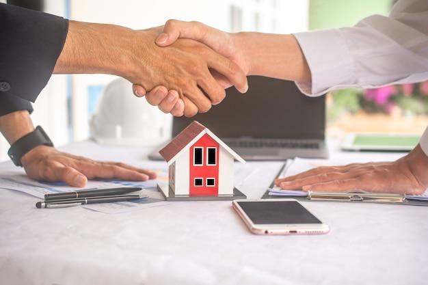 Biznesmen wstrząsnąć ręką umowę na sprzedaż umowy o sukces domu