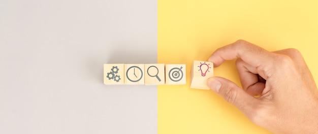 Biznesmen wybiera ikony pomysłu emotikon. koncepcja pomysłu na biznes