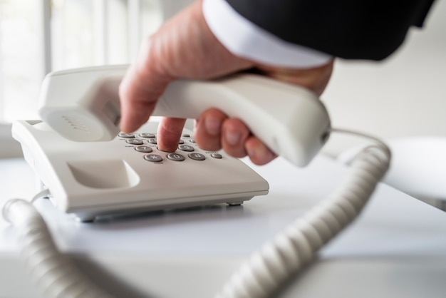 Biznesmen wybiera numer telefonu