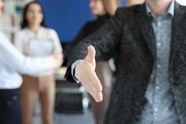 Biznesmen wyciąga rękę do uścisku dłoni