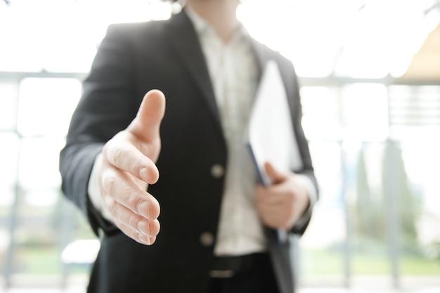 Biznesmen wyciąga rękę w aparacie. perspektywa pierwszej osoby.
