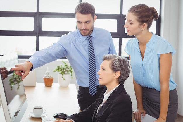 Biznesmen wyjaśnia współpracowników