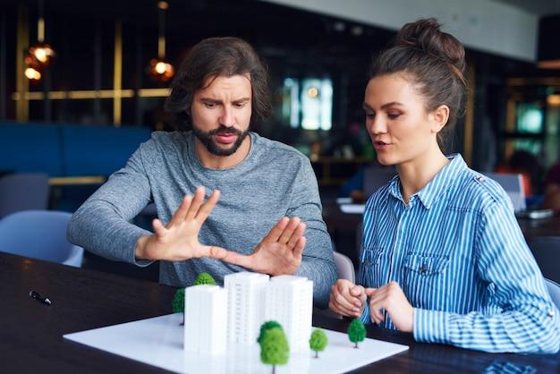 Biznesmen wyjaśniający koncepcję w szczegółach