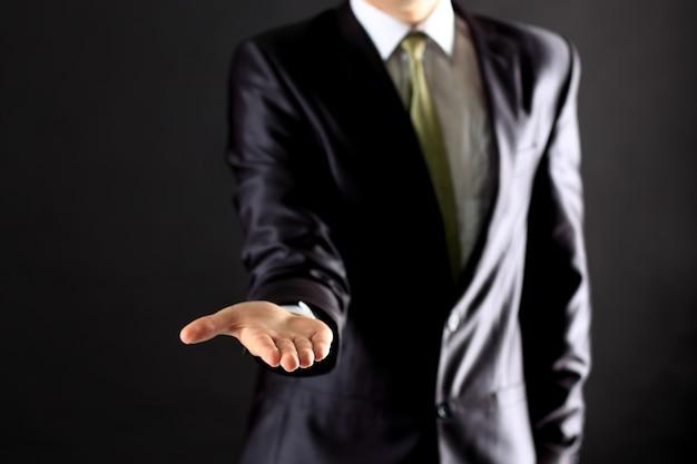 Biznesmen wykonując gest ręki.