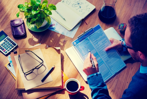 Biznesmen wypełnia formularz zgłoszeniowy