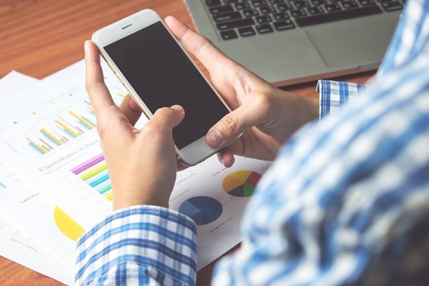 Biznesmen wysyłanie wiadomości tekstowych przez telefon