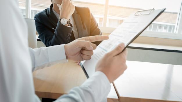 Biznesmen wywiadowca szuka sceptyczny podczas słuchania azjatyckich żeński wywiad.