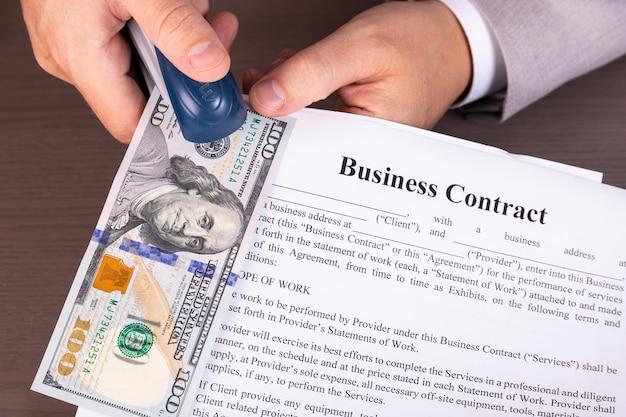 Biznesmen z amerykańskimi pieniędzmi w ręku