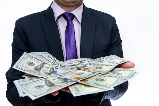 Biznesmen z banknotami dolara na białym tle
