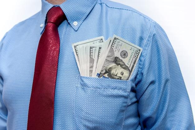 Biznesmen z banknotów dolara w kieszeni z bliska