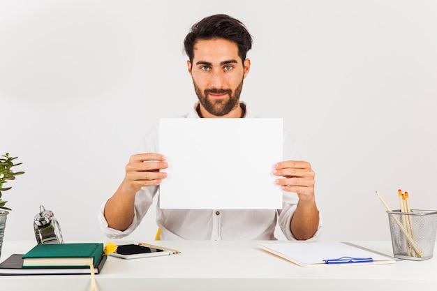 Biznesmen z białym papierze