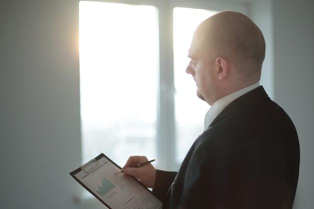 Biznesmen z bliska sprawdza harmonogram finansowy