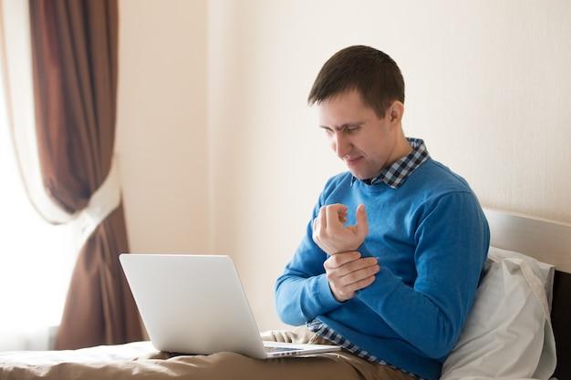 Biznesmen z bólem nadgarstka