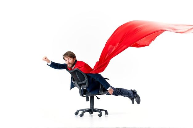 Biznesmen z czerwonym płaszczem w fotelu bohater superman