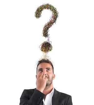 Biznesmen z dużym znakiem zapytania nad głową