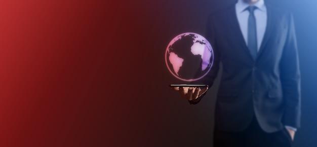 Biznesmen z gestem ochronnym stojąca postawa ręka trzymająca ikonę ziemi, cyfrowy glob