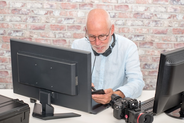 Biznesmen z glasse używać komputer