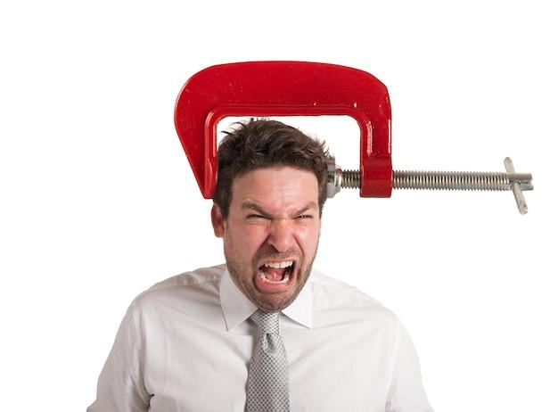 Biznesmen z imadłem na głowie