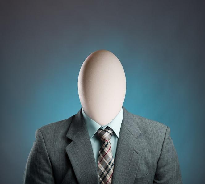 Biznesmen z jajkiem zamiast głowy