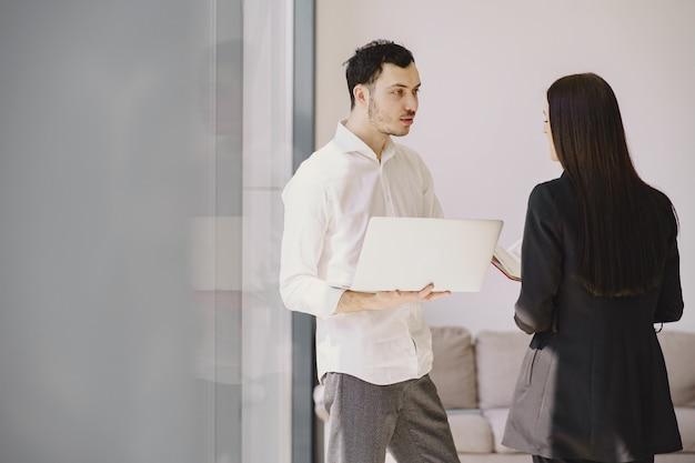 Biznesmen z jego partnerem pracuje w biurze