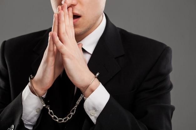 Biznesmen z kajdanami na jego rękach