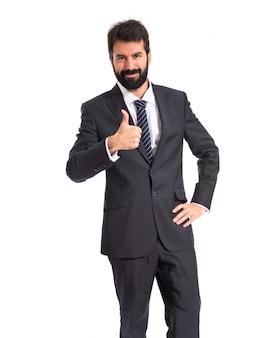 Biznesmen z kciukiem do góry na białym tle