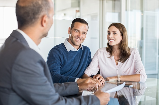 Biznesmen z klientami