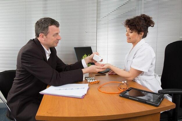 Biznesmen z kobiety lekarką przy jej biurem