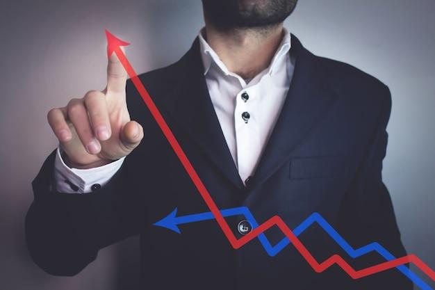 Biznesmen z koncepcją wykresu zysku