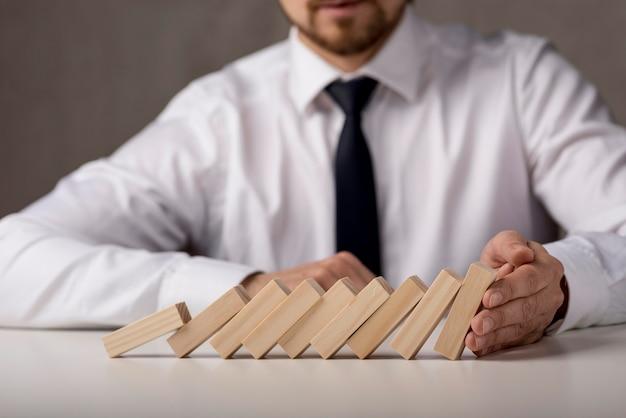 Biznesmen z krawatem i domino