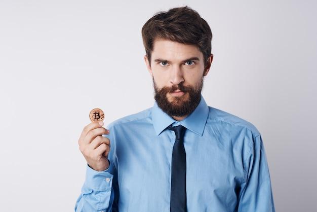 Biznesmen z kryptowalutowym menedżerem inwestycji w finanse internetowe