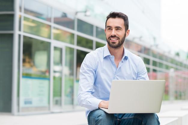 Biznesmen z laptopa oudoor