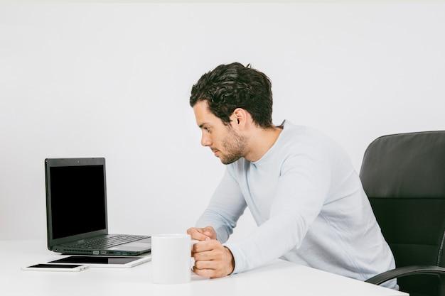 Biznesmen z laptopem i kubek kawy