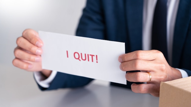 Biznesmen z listem rezygnacji