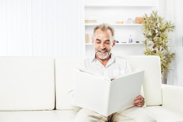Biznesmen z magazynu siedzi na kanapie w jasnym biurze