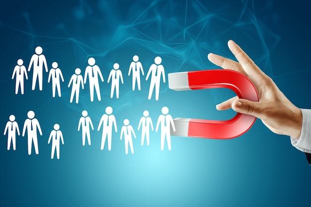 Biznesmen z magnesem buduje wymarzony zespół. rekrutacja pracowników, rekrutacja personelu, zatrudnianie pracowników.
