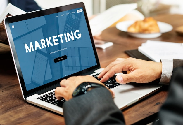 Biznesmen z marketingiem online