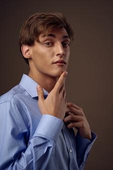 Biznesmen z niebieską koszulą
