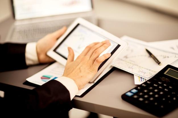 Biznesmen Z Palcem Dotykając Ekranu Cyfrowego Tabletu Premium Zdjęcia
