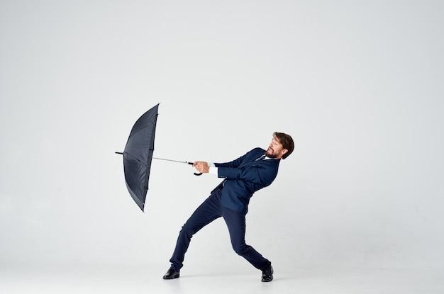 Biznesmen Z Parasolem W Rękach Ochrona Przed Deszczem Studio Złej Pogody Premium Zdjęcia