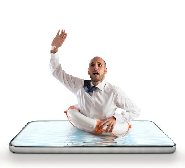 Biznesmen z pasem ratunkowym ryzykuje utonięcie na ekranie smartfona