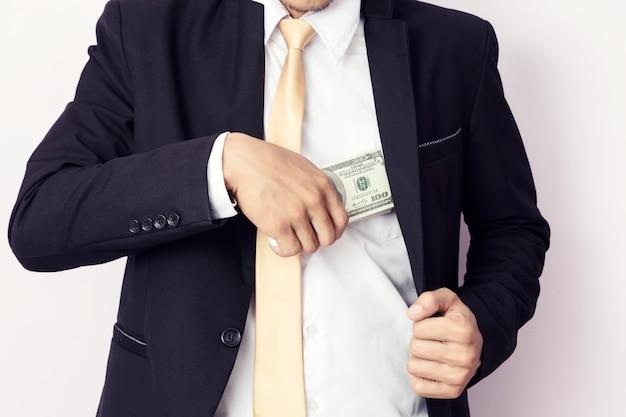 Biznesmen z pieniądze w studiu. pomysł na biznes