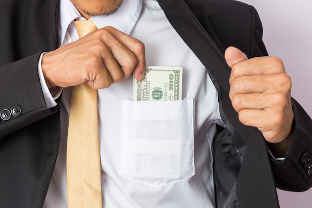Biznesmen z pieniądze w studiu