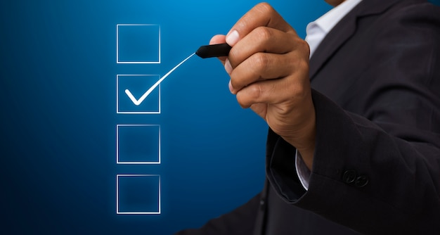 Biznesmen z piórem zaznacz pole wyboru