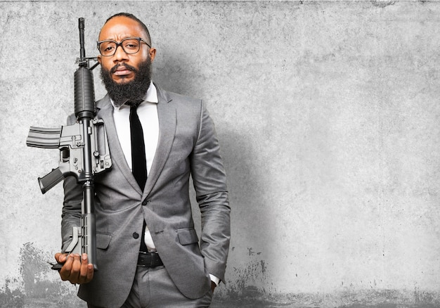Biznesmen z pistoletem maszynowym
